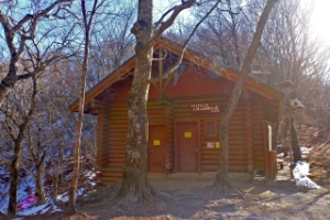 三頭山避難小屋の画像